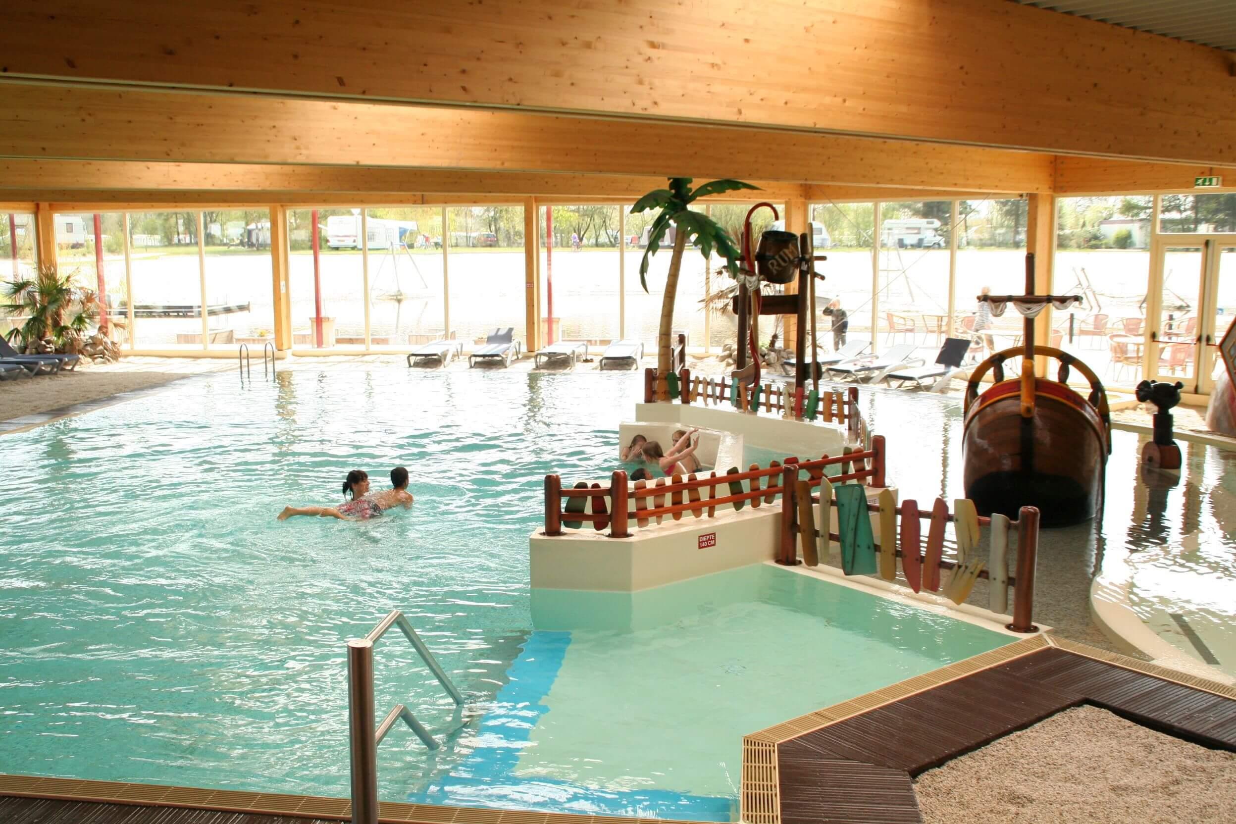 Hallenbad auf dem Campingplatz mit Panoramablick über den Badesee - Hallenbad auf dem Campingplatz